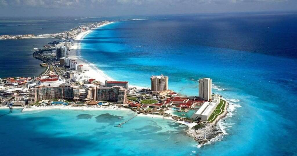 Usando el celular al momento de hacer las compras en Cancún