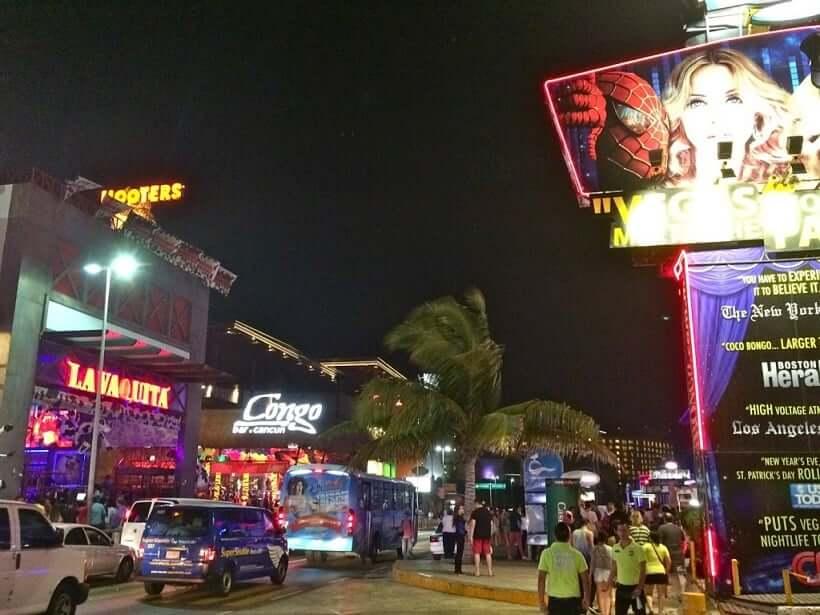 Boulevard Kukulcan en la región central de Cancún