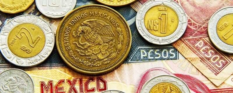 Dinero en papel y pesos mexicanos en efectivo
