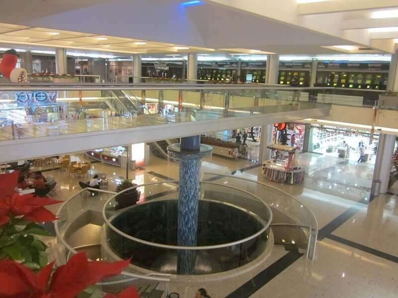 Área interna del shopping Plaza Kukulcan en Cancún