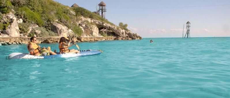 Atracción kayaks en el Parque Garrafón Park en Cancún