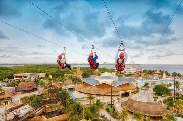 Tirolesa en el Ventura Park en Cancún