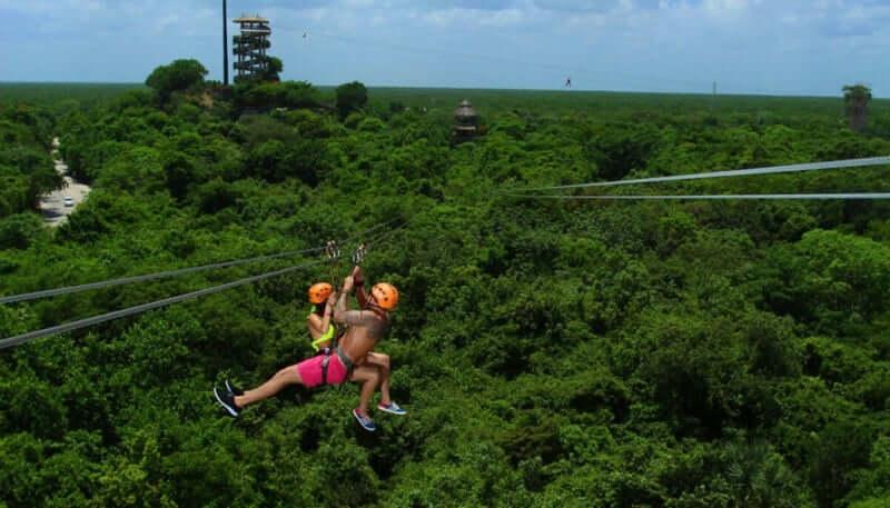 Tirolesas en el Xplor Park en Cancún